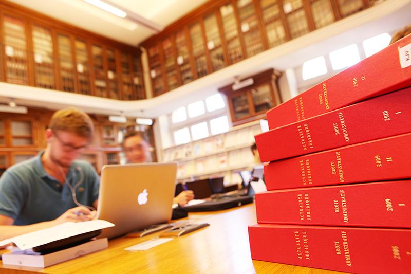 Bibliothèque Garrigou, livres de droit, étudiants et ordinateurs, anciennes facultés